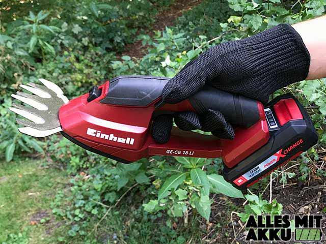 Einhell GE-CG 18 Li Test Grasklinge in der Hand