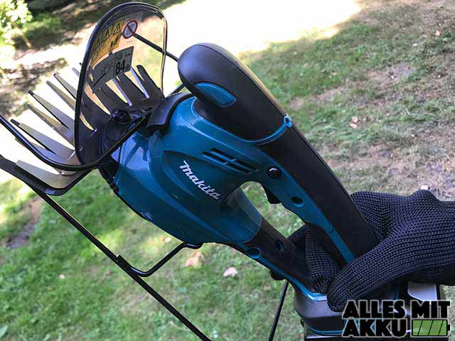 Makita DUM168Z in der Hand