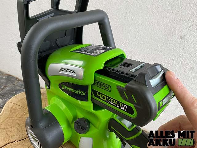 Greenworks G40CS30K2 Test - Akku einsetzen